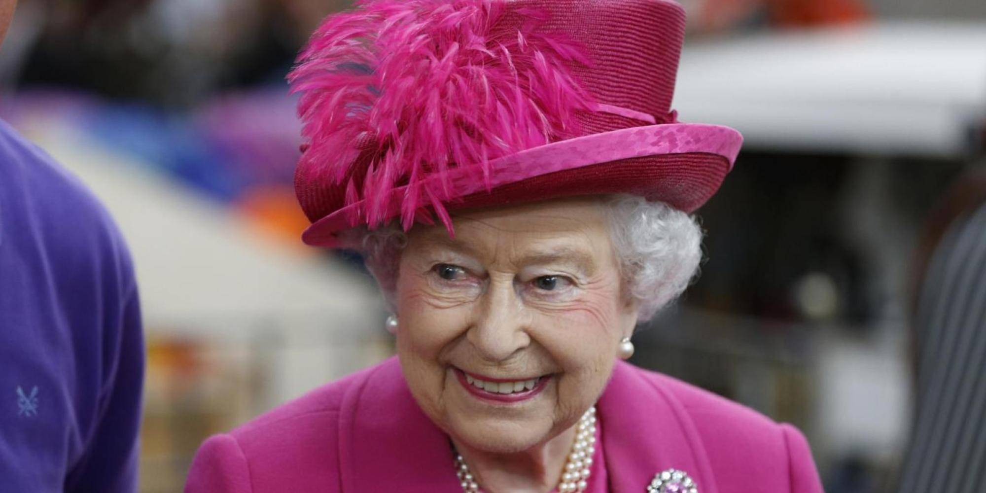 Elisabetta II e i colori dell'arcobaleno