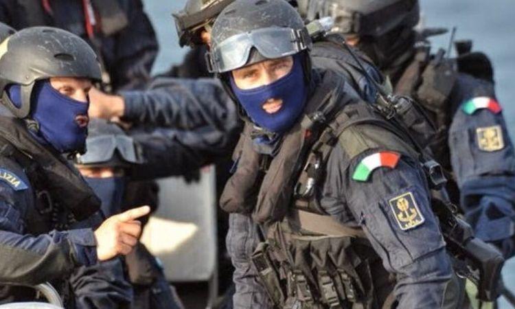 Agenti dei servizi segreti a volto coperto