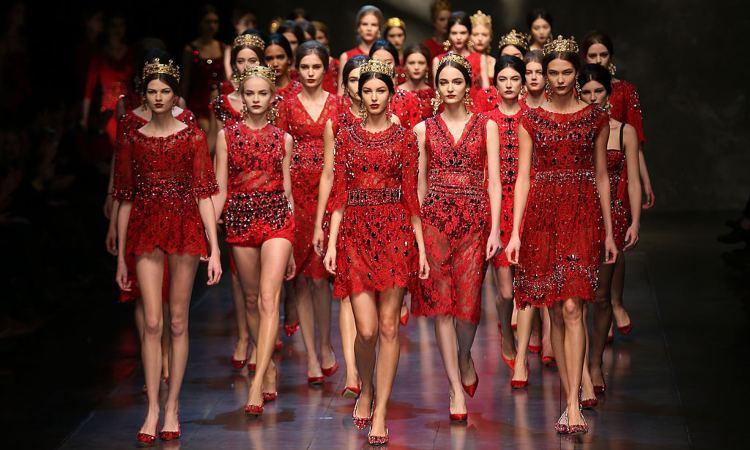 Delle modelle che sfilano per Dolce e Gabbana
