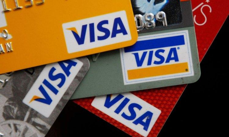 Alcune carte Visa sovrapposte fra loro