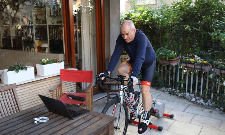 Ciclista si allena in casa
