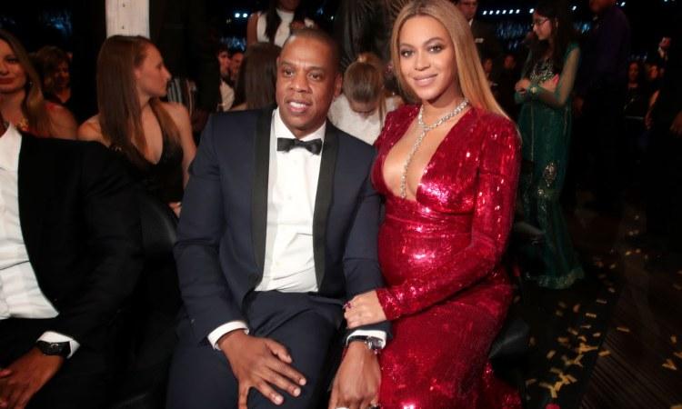 Beyoncè e Jay-Z seduti vicini