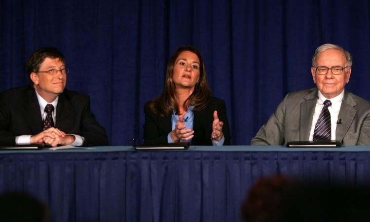 Bill Gates con la moglia durante una conferenza stampa