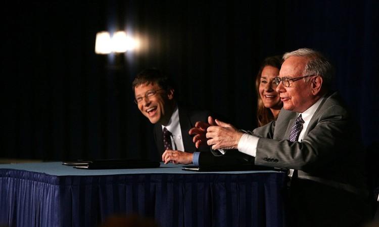 Bill Gates ride durante una conferenza stampa