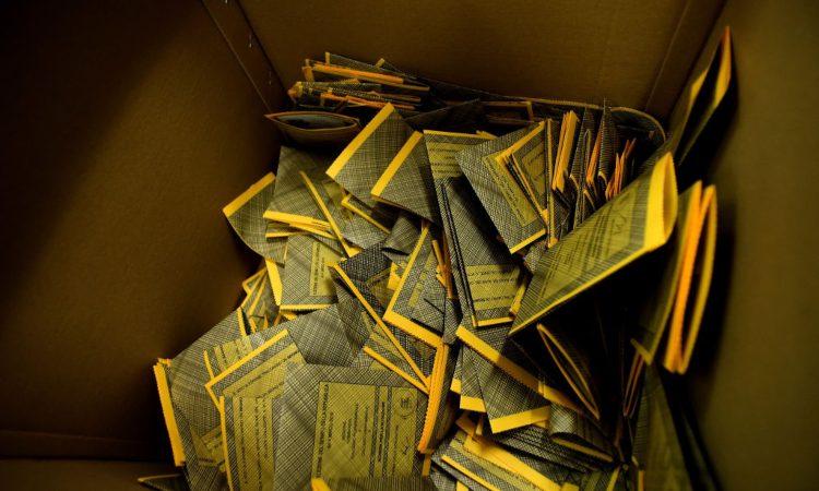 Schede elettorali nella scatola che le conserva