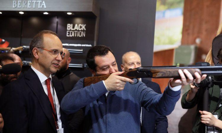 Salvini con fucile in mano