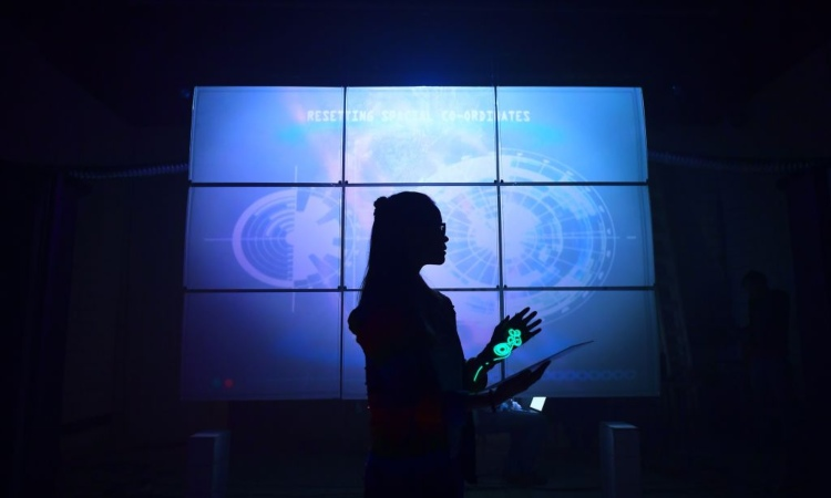 Donna davanti a degli schermi