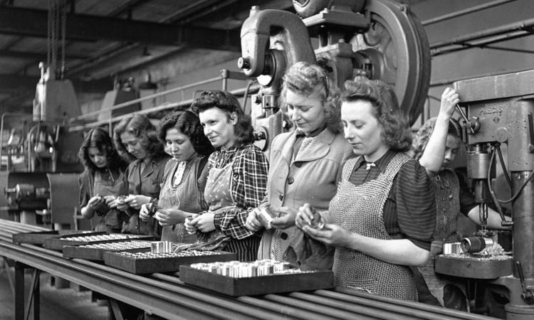 Donne alle prese con strumenti da lavoro