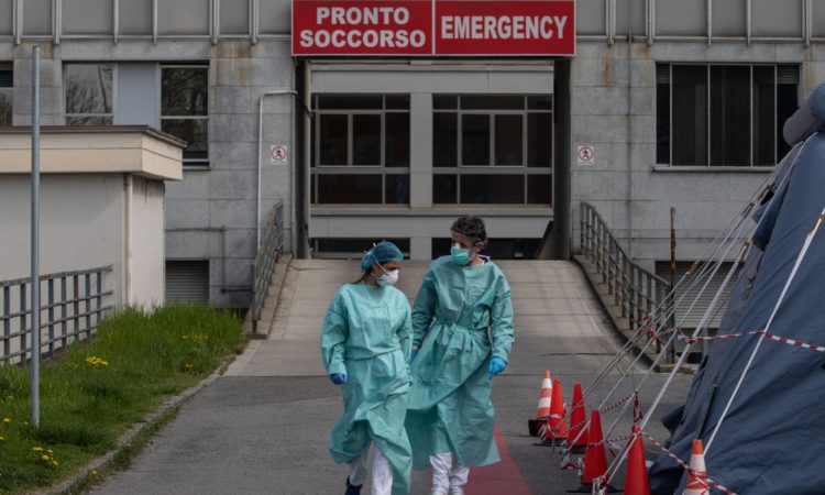 Due medici camminano di fronte all'ospedale