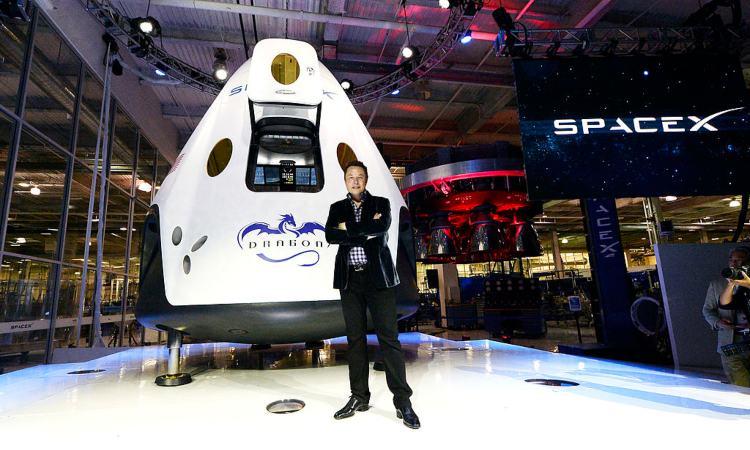 Elon musk con bracia conserte