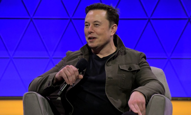 Elon Musk con microfono in mano