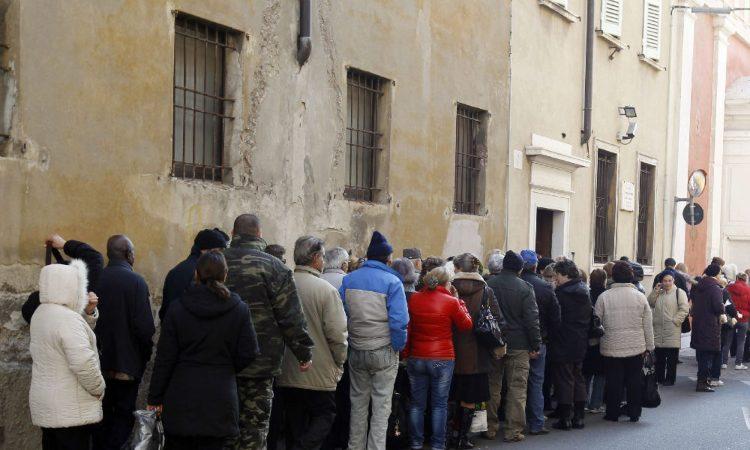 Tanti italiani in fila alla caritas