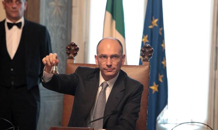 Enrico Letta con campanello in mano