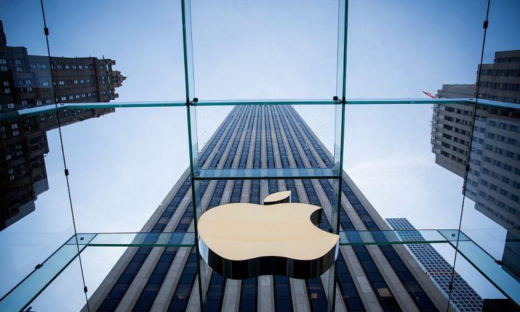 Il simbolo della Apple su una vetrata