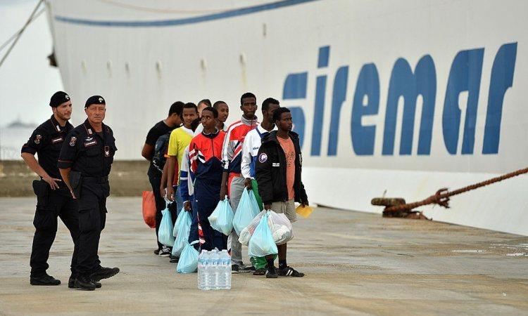 Migranti sotto la nave Siremar