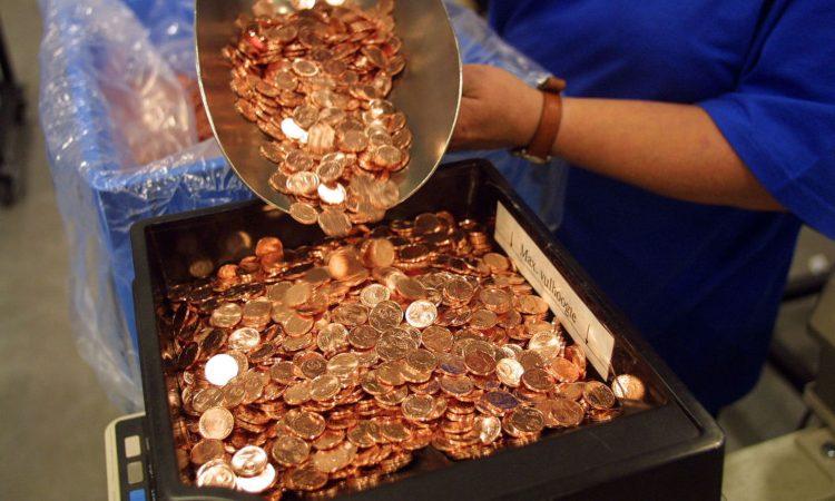 Alcune monete dentro un contenitore
