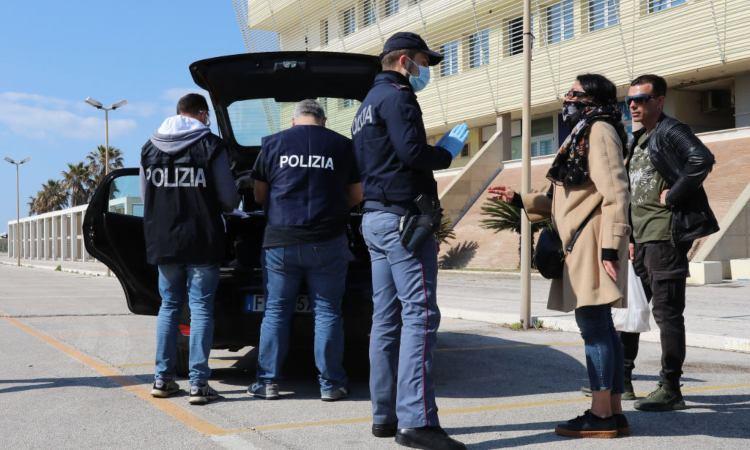 Agenti controllano due persone