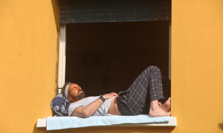 Ragazzo prende il sole in finestra