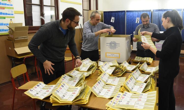 Cattedra con schede elettorali
