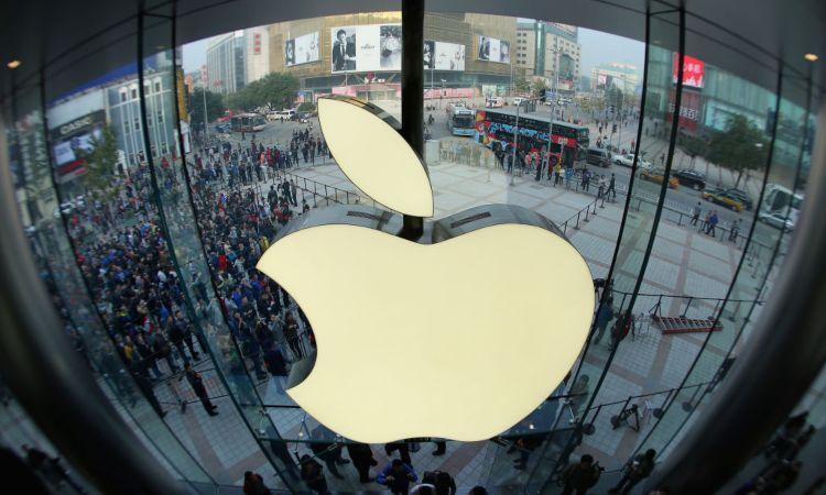 Simbolo della Apple sopra la gente