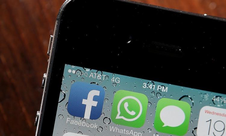 Il simbolo di Whatsapp con quelli di FAcebook e degli Sms