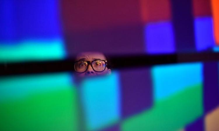 Schermo virtuale visto da una persona