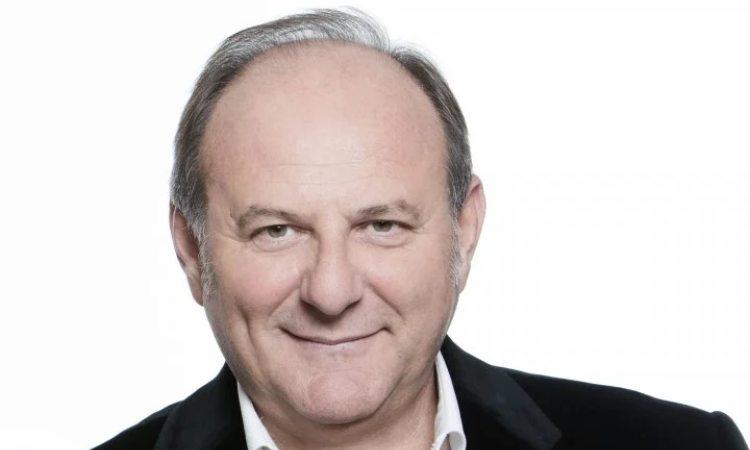 Gerry sorride su sfondo bianco