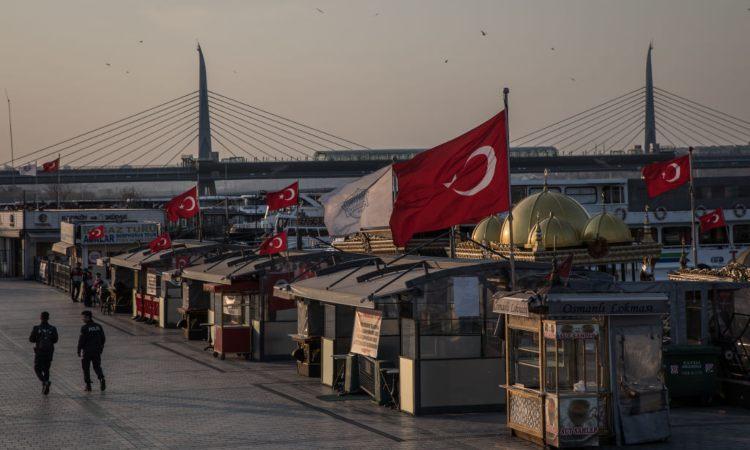 Delle bandiere della Turchia sopra alcune strutture