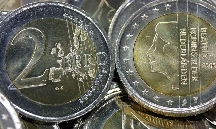 Monete da 2 euro sovrastate fra loro