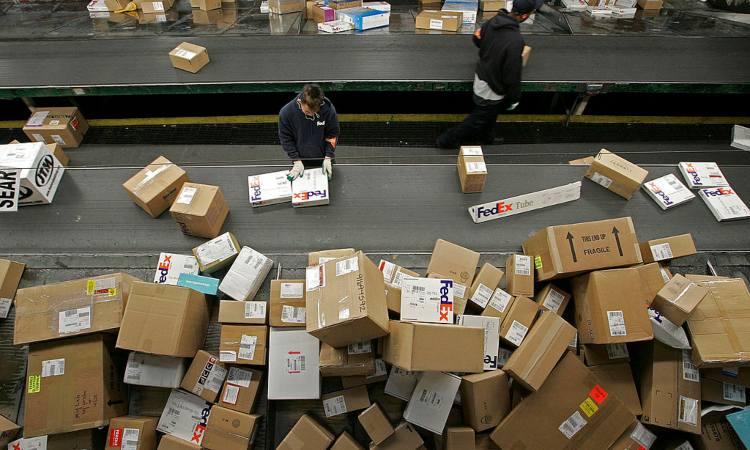 Alcuni pacchi della Fedex in lavorazione