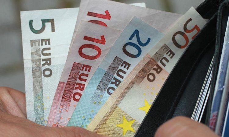 Un portafoglio con alcuni soldi