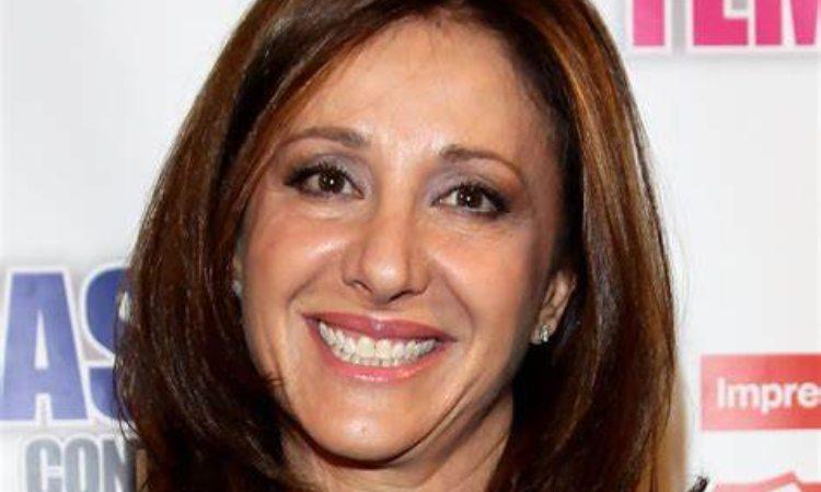 Carla Signoris liscia sorride