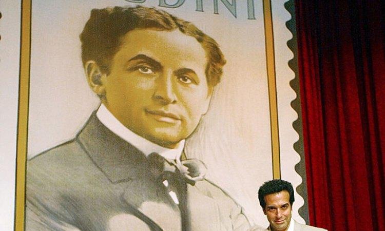 Houdini vicino a un francobollo che lo rappresenta