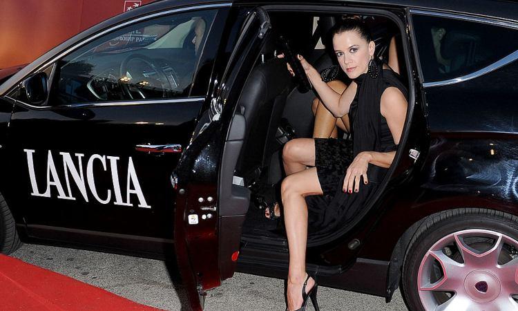 L'attrice Irene Ferri seduta in una macchina della Lancia