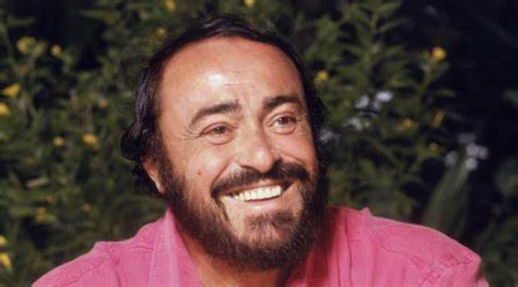 Luciano Pavarotti sorride con maglia rosa