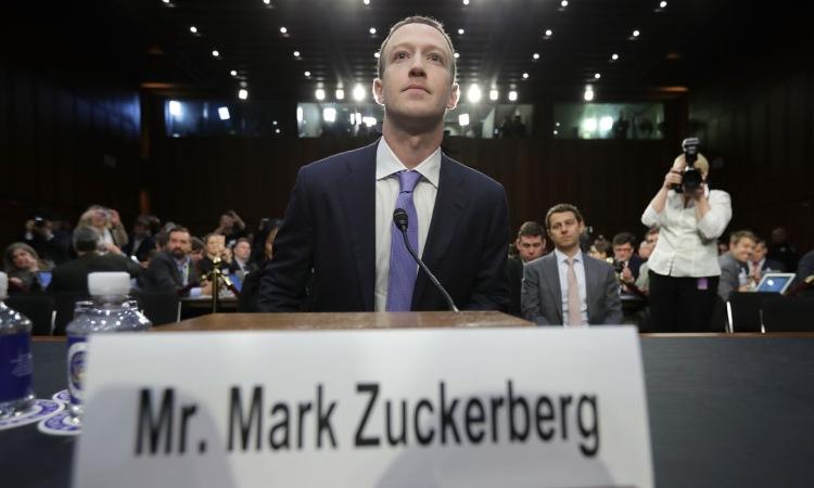 Mark Zuckerberg seduto in un posto a lui riservato