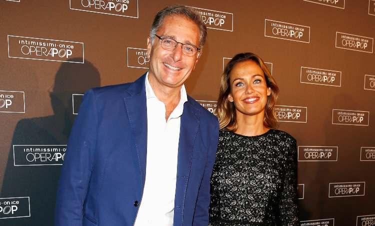 Paolo Bonolis fotografato con la moglie