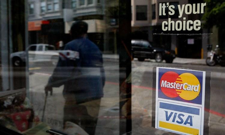 Un adesivo delle carte di credito su una vetrata