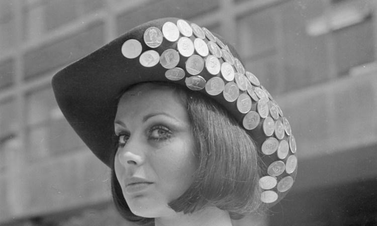 Una donna con un cappello pieno di monete