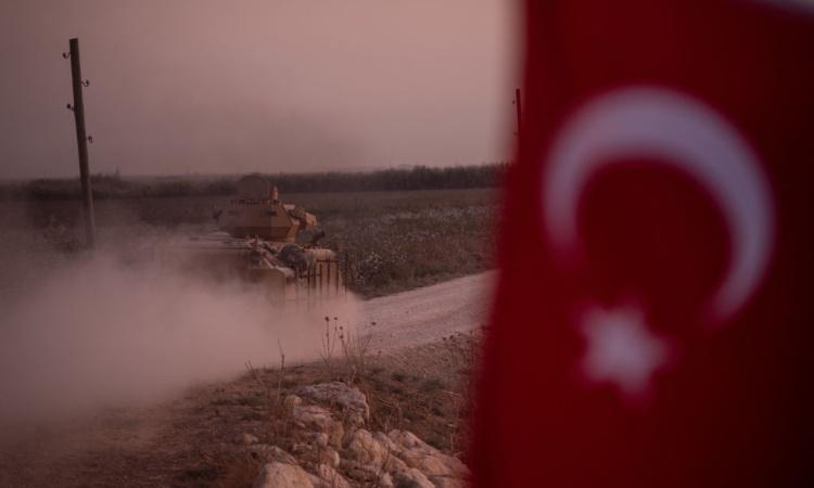 Una bandiera della Turchia e un mezzo militare