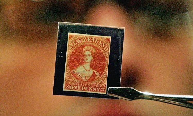 Un uomo mentre tiene un francobollo