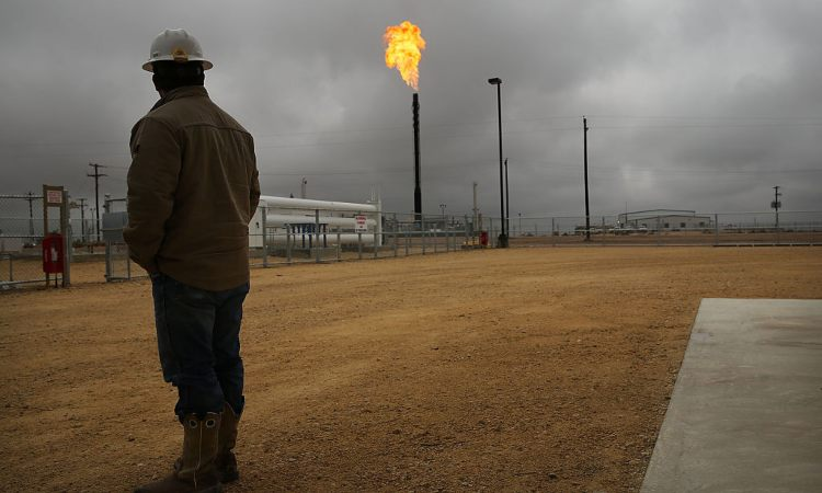 Un operaio mentre guarda un impianto di gas