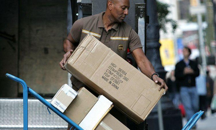 Un operaio mentre sposta alcuni pacchi