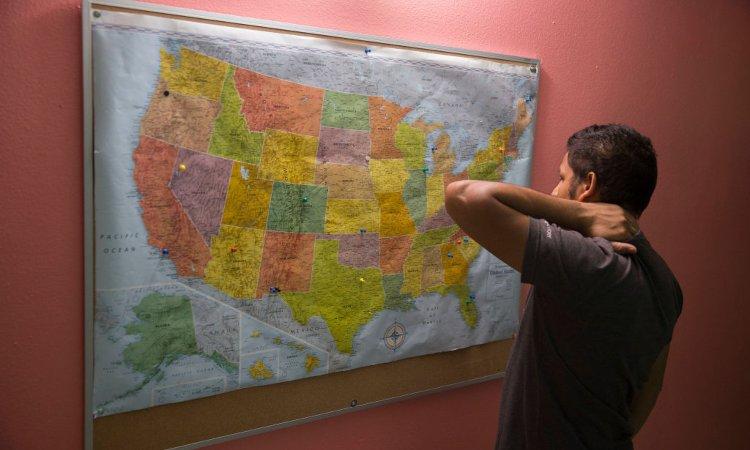 Un uomo fissa la cartina geografica di alcune regioni