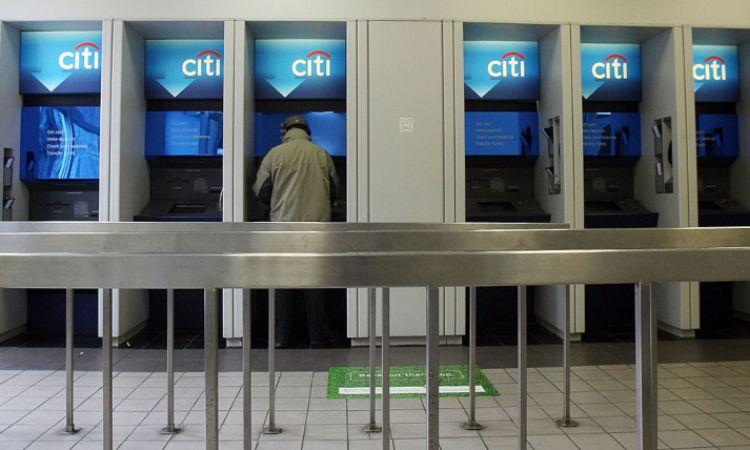 Un uomo staziona allo sportello automatico di una banca