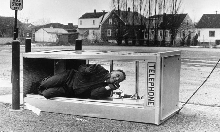 Un uomo dentro una cabina telefonica caduta