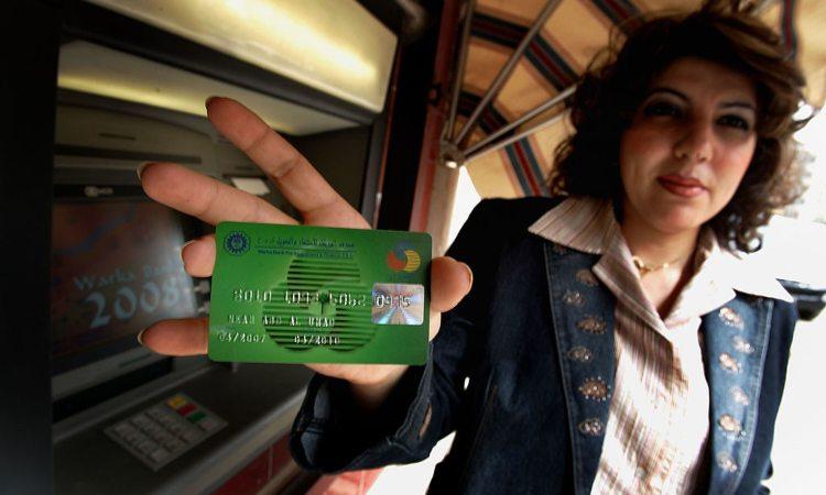 Una donna con in mano la sua carta di credito