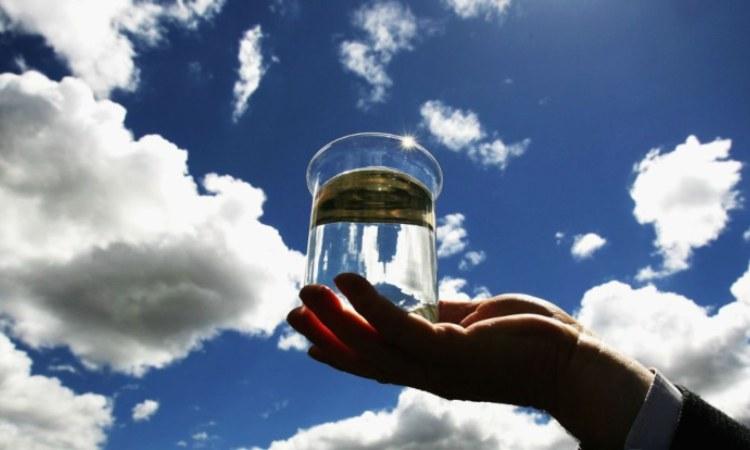 Dell'acqua in un bicchiere