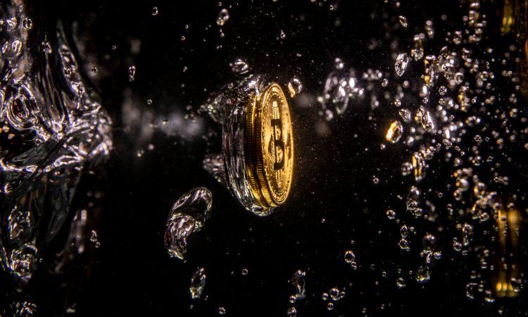 Una moneta dei Bitcoin con bolle d'acqua