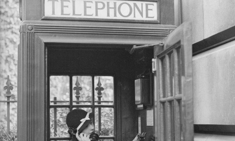 Una donna dentro una cabina telefonica